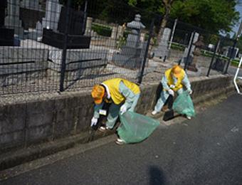 真夏の平和公園墓地清掃