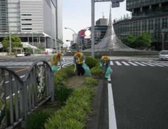 名駅の中央分離帯清掃